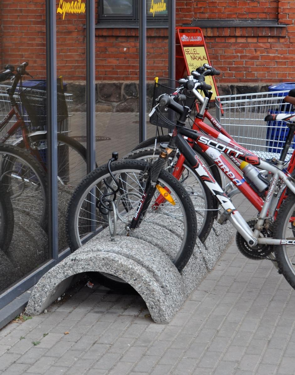 Et ei oleks ainult ilusad. Sellist tüüpi jalgrattahoidiku on minu meelest disaininud, tootnud ja paigaldanud imbetsill (õieti on neid  ilmselt mitu muidugi)