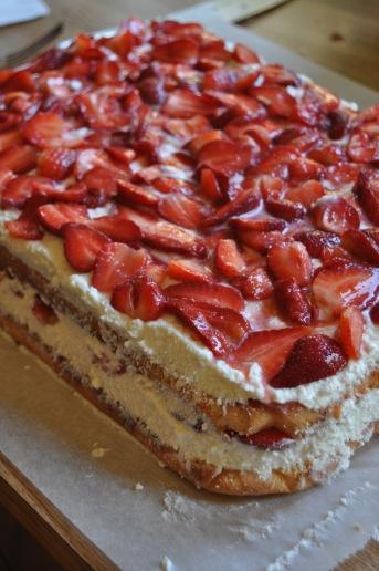 Biskviidikihid, kohupiim ja maasikad