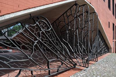 7 Eesti seppa sepistasid jalgrattahoidukule sellise tagasihoidliku värava.