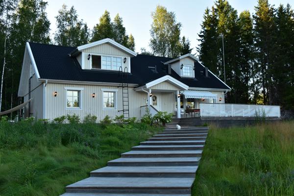 Villa Anttilla tuli koos basseiniga. Ja maasikatordiga (Tartumaa maasikad!). Ja kassiga.